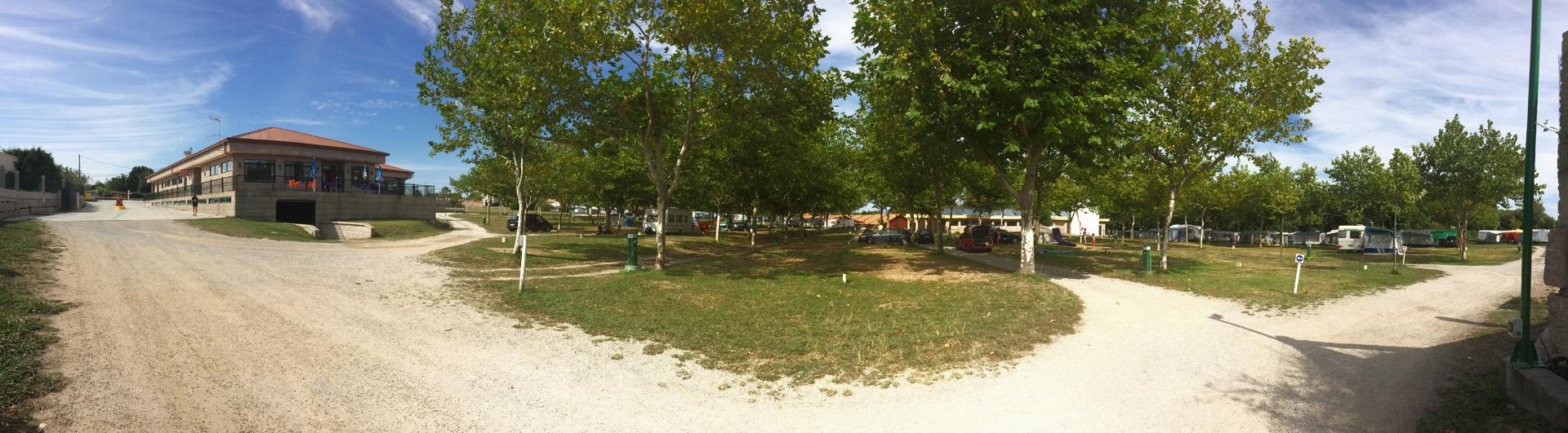 Amplias zonas arboladas Camping Paisaxe O Grove